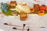 purée d'épinards, dôme d'oeuf poché, crouton bleu, poisson pané et légumes  - 215091820