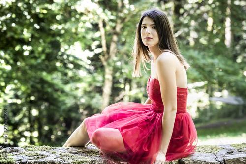 Canvas Nice Belle jeune femme en robe rouge dans la foret, couleur et horizontal en été