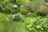 Schubkarre mit Compost für die Blumenbeete - 215095883