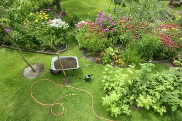 Schubkarre mit Compost für die Blumenbeete