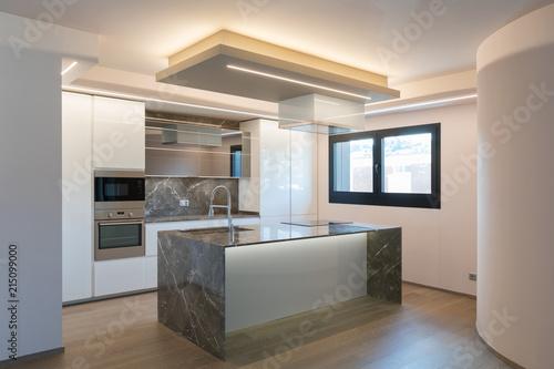 Wnętrze nowoczesne luksusowe mieszkanie, pusty strych, kuchnia otwarta przestrzeń