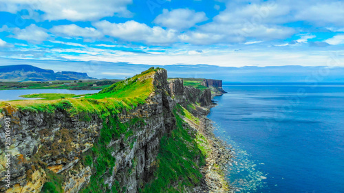 Plexiglas Pool View over the cliffs on the Isle of Skye in Scotland