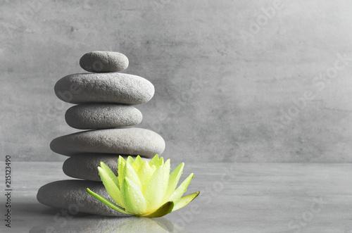 szare-kamienie-i-kwiat-lotosu