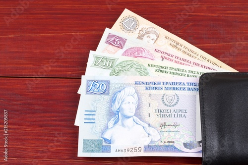 In de dag Cyprus Cypriot Pounds in the black wallet