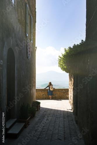 Fotobehang Toscane girl looking at the tuscanian landscape