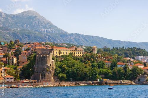 Śródziemnomorski krajobraz. Czarnogóra. Piękny letni widok nadmorskiej miejscowości Herceg Novi