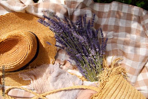 Foto Murales букет лаванды в сумке с соломенной шляпой
