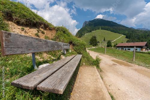 Fotobehang Beige Rastbank auf Alm im Kaisertal