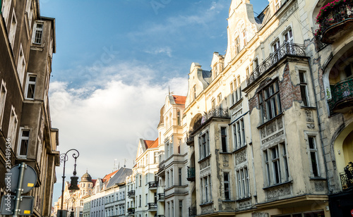 wspaniała starożytna architektura w stylu renesansu. Kolorowe i tak różne budynki starożytnego miasta Poznania.