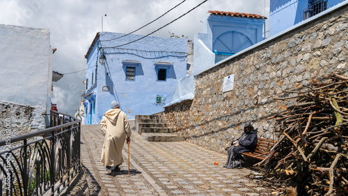 Canvas Marokko Unidentified man walking in blue medina of Chefchaouen city in Morocco, North Africa