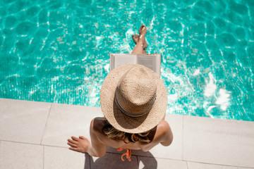 Frau am Pool liest Buch © detailblick-foto