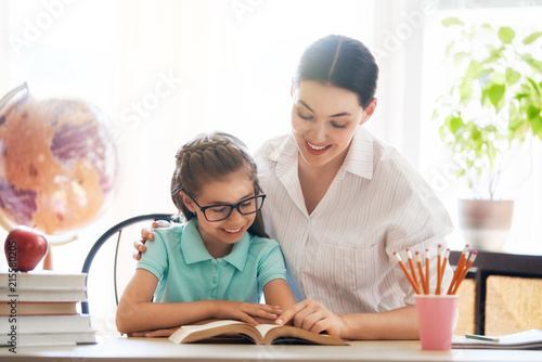 Foto Murales Mother and daughter are reading a book