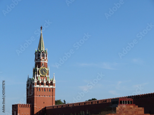 Canvas Moskou View of the Moscow Kremlin from Red square. Spasskaya tower on background of clear blue sky and Lenin's mausoleum