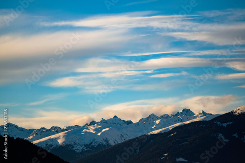 Aluminium Blauwe jeans Clouds in the Snow covered Mountains