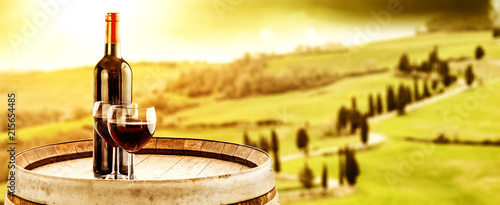Foto Spatwand Zwavel geel Wine photo of barrel and Tuscany landscape