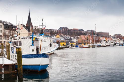 In de dag Schip Pleasure boats moored in winter port