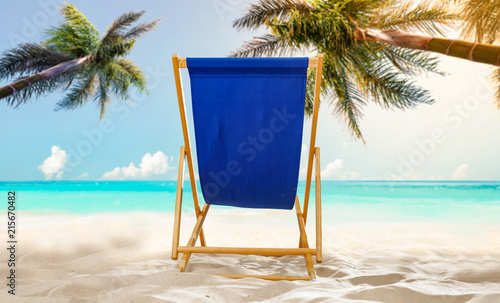 niebieskie krzesło na plaży i wolna przestrzeń do dekoracji.