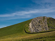 Leinwanddruck Bild - Grüne Wiese direkt an einer langen runden Felskante an der Westküste von Irland