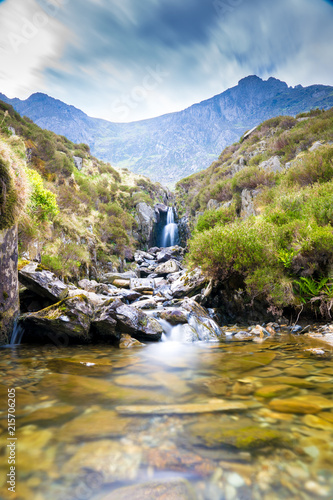 Foto Spatwand Bergrivier Waterfall near Llyn Idwal a small lake that lies within Cwm Idwal in the Glyderau mountains of Snowdonia.