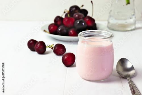 Foto Spatwand Kersen Cherry yogurt in glass, with fresh cherries