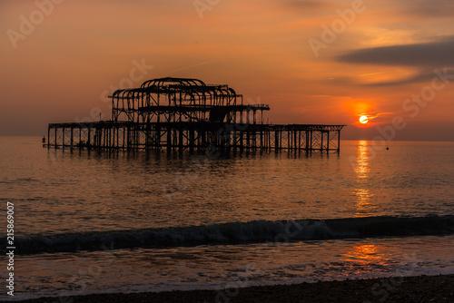 Fotobehang Zee zonsondergang Derelict pier at Sunset