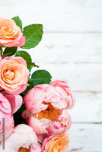 Świeża wiązka różowe peonie i róże