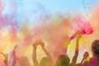 Leinwandbild Motiv Holi Fest begeisterte Menschen jubeln auf einem Holifestival, tanzen und werfen mit buntem Holipulver