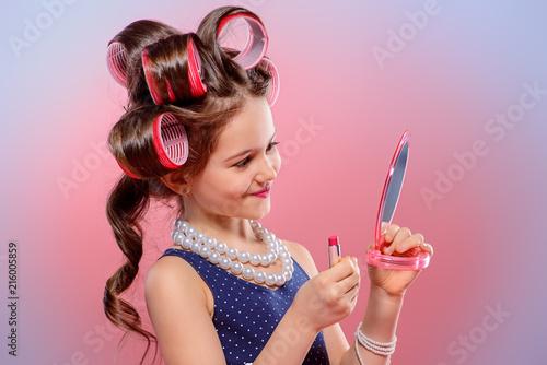 Leinwanddruck Bild girl paints lips