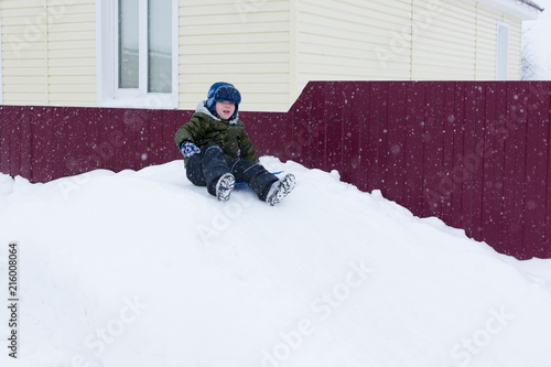 Foto Murales Boy goes for a drive on a snowy hill