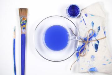 синие предметы для творчества лежат на столе