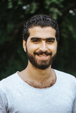 Portrait eines glücklich, lachenden sympathischen syrischen Mannes - 216016233