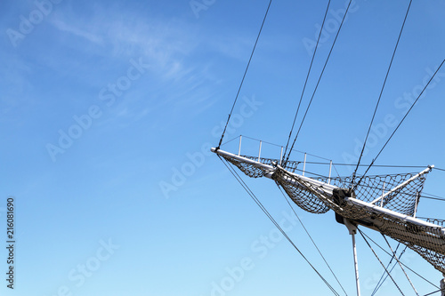 In de dag Schip Sea ship masts and ropes against blue sky. Concept of travel, adventure and sea. Copy space.