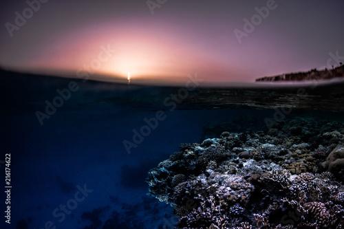 Fotobehang Zee zonsondergang Sunset splits / Sunset overunders