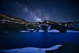 Vía láctea sobre laguna en Sierra Nevada, España - 216178267