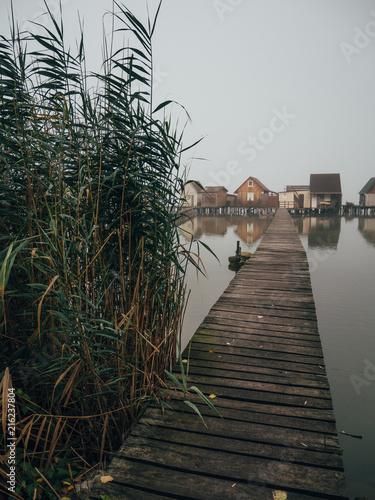 Drewniane domy nad jeziorem