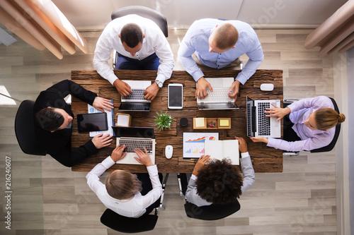 Grupa przedsiębiorców pracy na laptopie