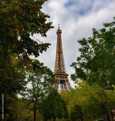 Canvas Eiffeltoren Eiffel Tower surrounded by autumnal trees