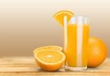 Orange juice and slices of orange