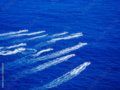 Canvas Donkerblauw et ski race in the ocean. Top down view