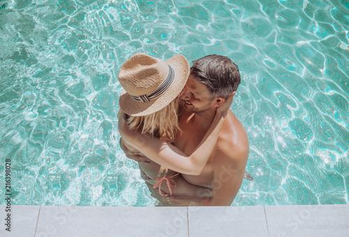 Leinwanddruck Bild paar entspannt im Pool