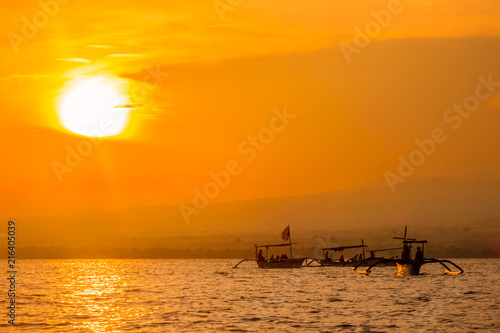 Foto Spatwand Bali Balinese Boats in the Sea at Dawn