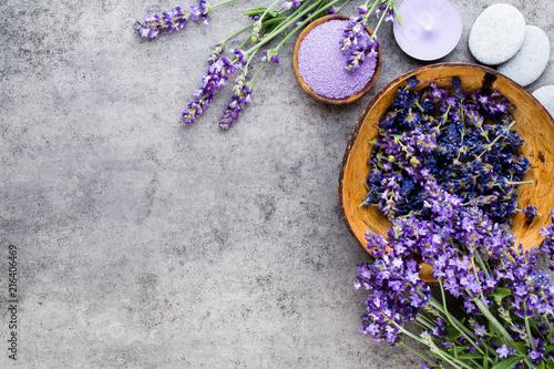 Foto Spatwand Lavendel Essential lavender salt with flowers top view.