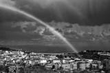 Fototapeta Rainbow - Tęcza nad miastem, Lizbona Portugalia, biało czarne ujęcie.  © Aneta