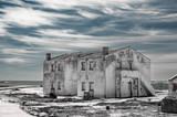 Stary opuszczony dom na plaży.