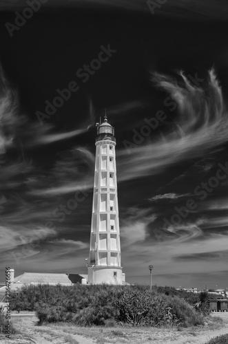 Aluminium Vuurtoren Biała latarnia na tle ciemnego nieba, ujęcie pionowe. Biało-czarny.