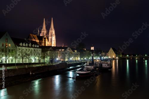 Foto Spatwand Zwart Lungo fiume con barca ormeggiata in notturno
