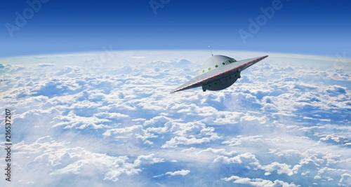 Foto Spatwand UFO Fliegende Untertasse über Wolken