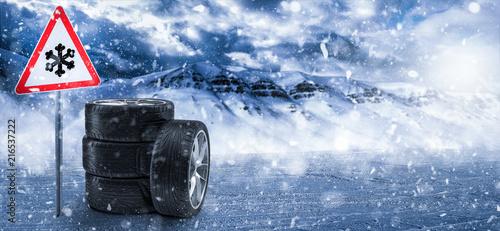 Leinwandbild Motiv Winterreifen mit Hinweisschild