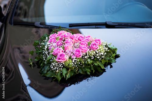 hochzeitsblumen auf auto