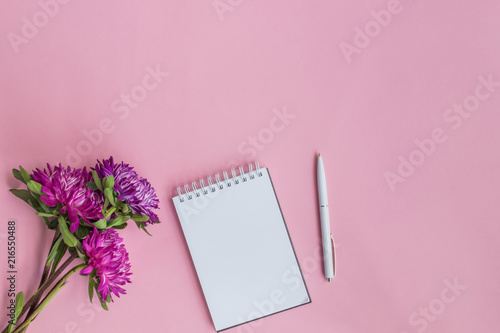 Płaskie biurko z różowymi kwiatami